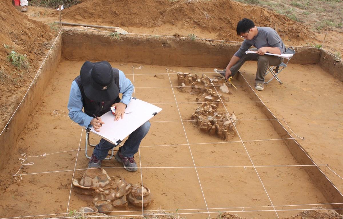 Cán bộ Bảo tàng Lịch sử Quốc gia và Bảo tàng Quốc gia Hàn Quốc xử lý hiện trường khai quật, năm 2012. (Ảnh: BTLSQG)