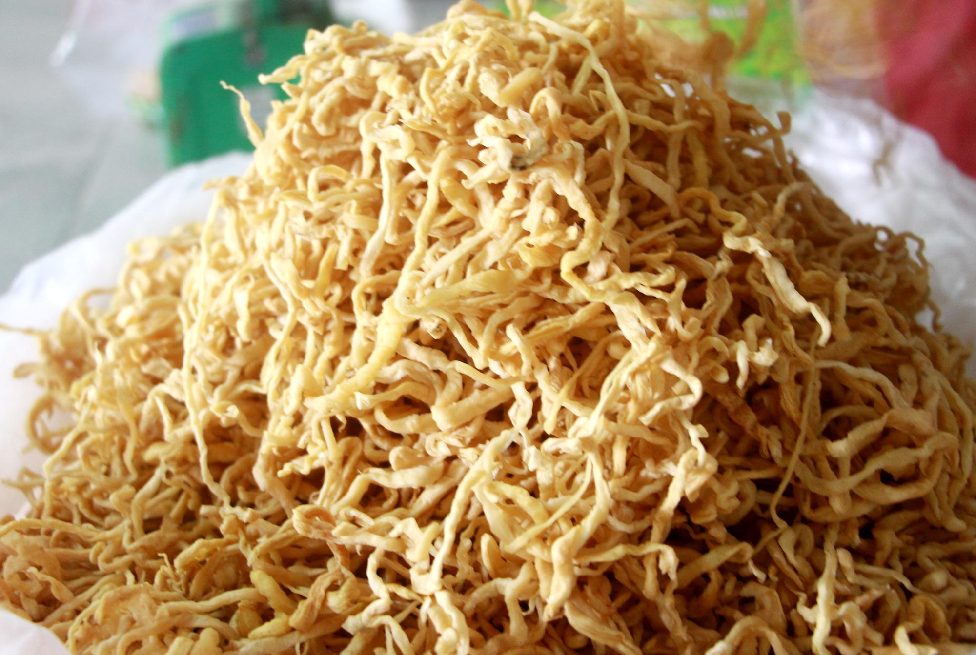 Củ cải tươi sau sơ chế thành sản phẩm khô có độ giòn, dai, thơm và có màu vàng nhạt.