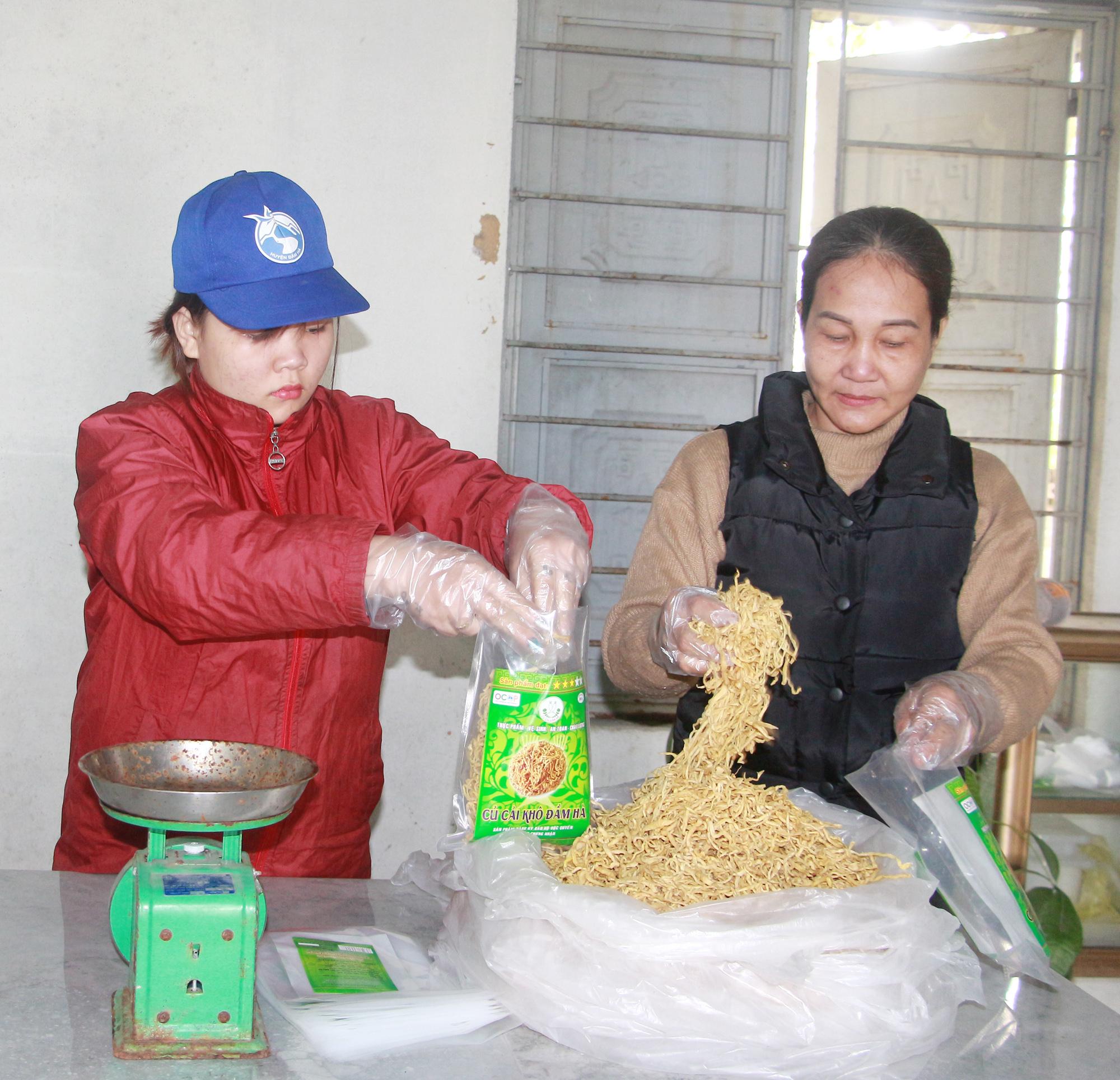 Củ cải khô Đầm Hà được đóng thành từng gói 300g, hút chân không và chuyển đi tiêu thụ.