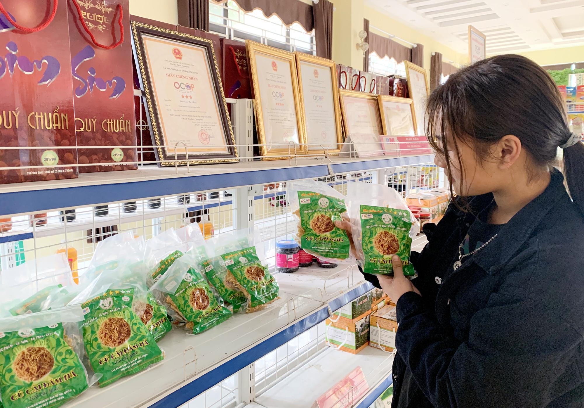 Sản phẩm củ cải khô Đầm Hà được bày bán trong các điểm trưng bày sản phẩm OCOP ở hầu hết các địa phương trong tỉnh.