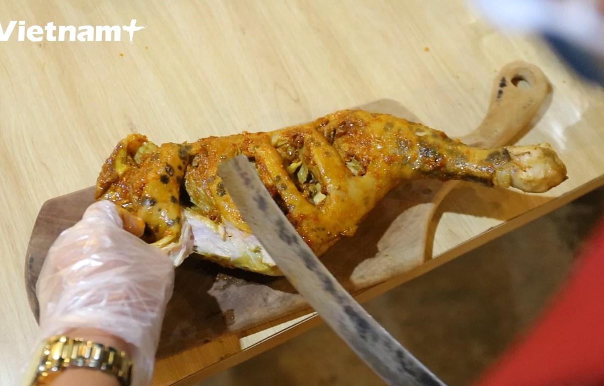 Một chiếc đùi cừu nướng tại bàn (Ảnh: Lâm Phan/Vietnam+)