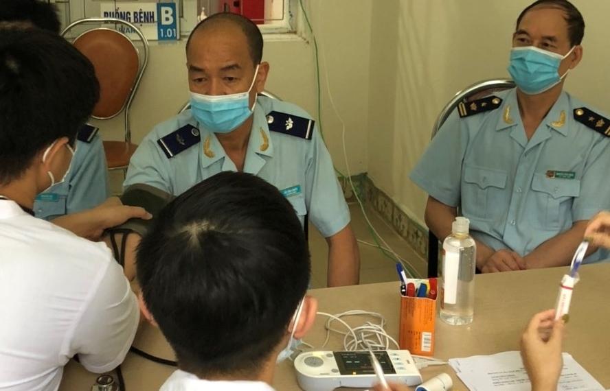 26 công chức Hải quan Bắc Phong Sinh tiêm vắc xin phòng Covid-19