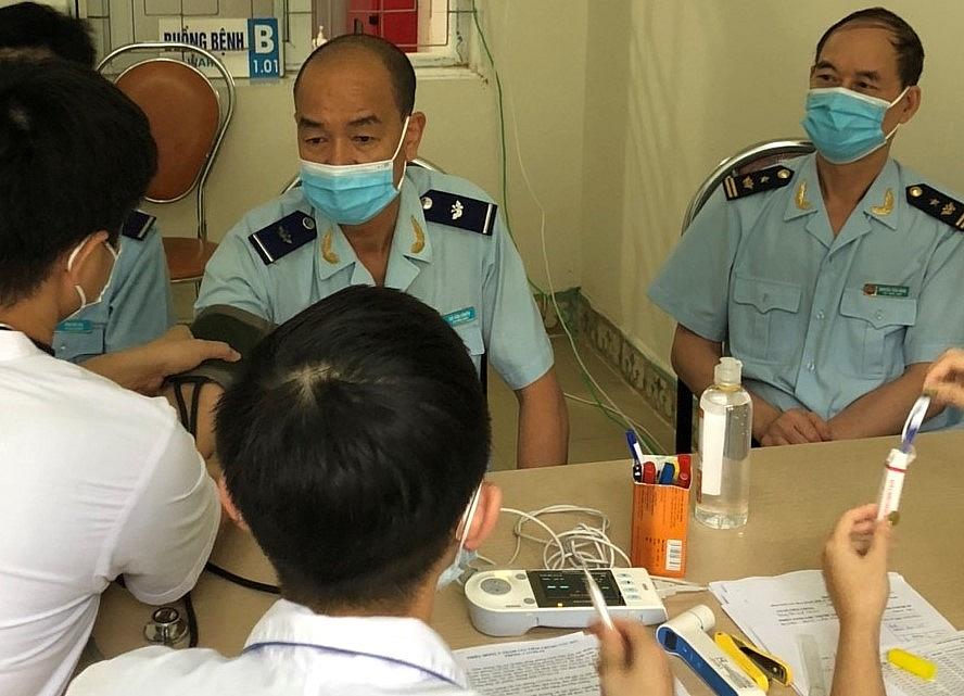 Công chức Hải quan được kiểm tra sức khỏe trước khi tiêm vắc xin.