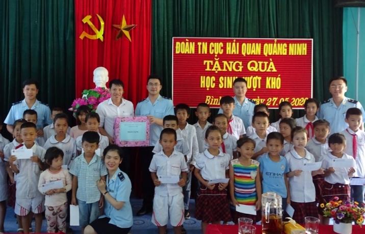 Thanh niên Hải quan Quảng Ninh tặng quà cho các em học sinh dịp 1/6