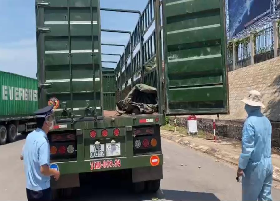 Công chức Chi cục Hải quan cửa khẩu Lao Bảo (Cục Hải quan Quảng Trị) kiểm tra, giám sát hàng hóa XNK qua địa bàn ngày 5/5/2021. Ảnh: Hoài Sơn