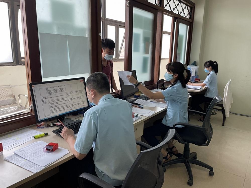 Công chức Chi cục Hải quan cửa khẩu Cha Lo giải quyết thù tục cho doanh nghiệp ngày 7/5/2021). Ảnh: Lê Phú