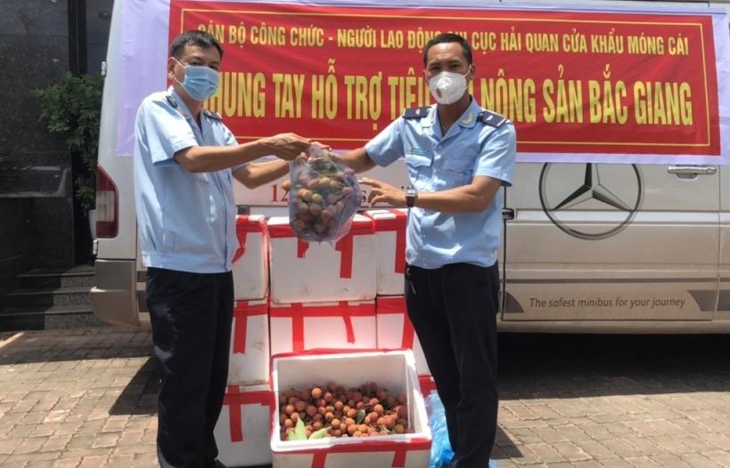Hải quan Móng Cái hưởng ứng chương trình hỗ trợ tiêu thụ vải thiều Bắc Giang