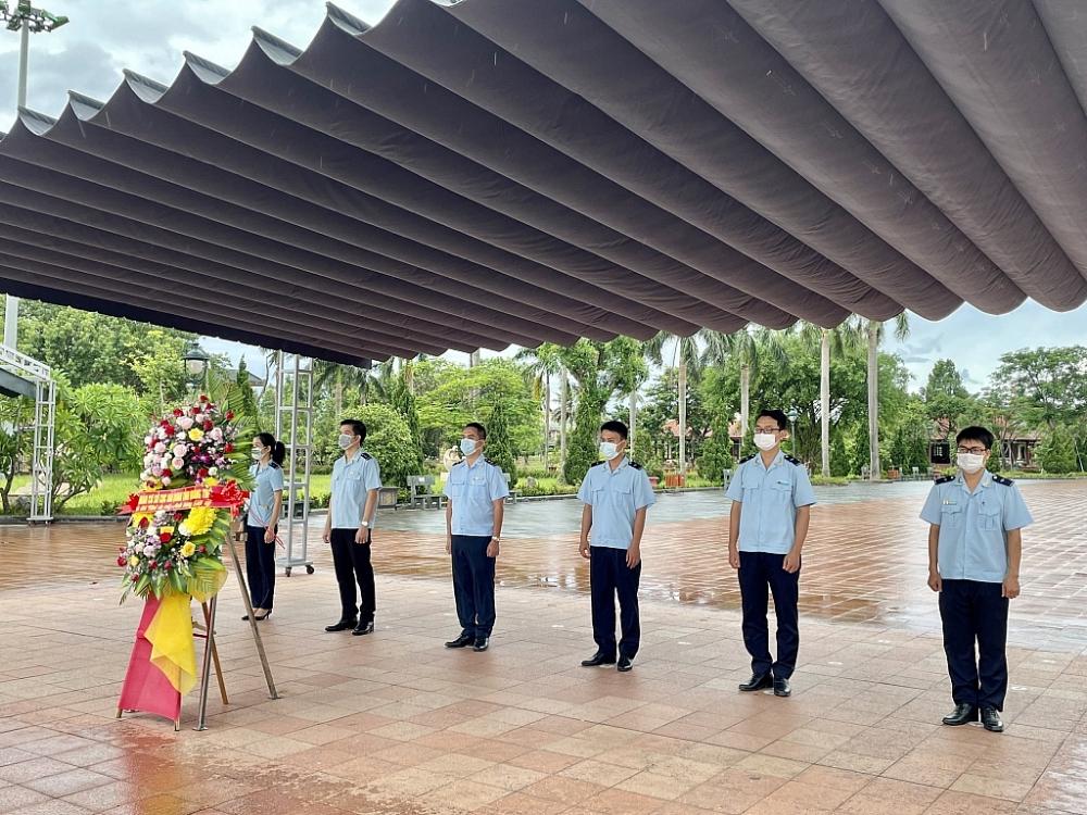 Thanh niên Hải quan Quảng Trị dâng hương tưởng nhớ các anh hùng liệt sỹ dịp 27/7
