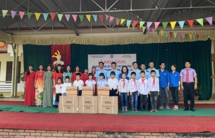 Hải quan Điện Biên trao 490 suất quà dịp khai giảng năm học mới