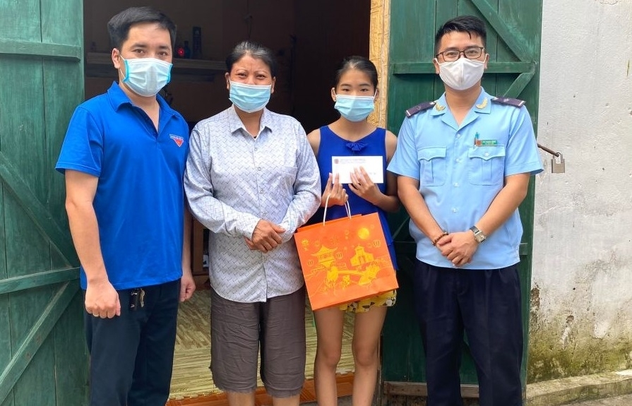 Thanh niên Hải quan Móng Cái phối hợp tặng quà dịp tết Trung thu