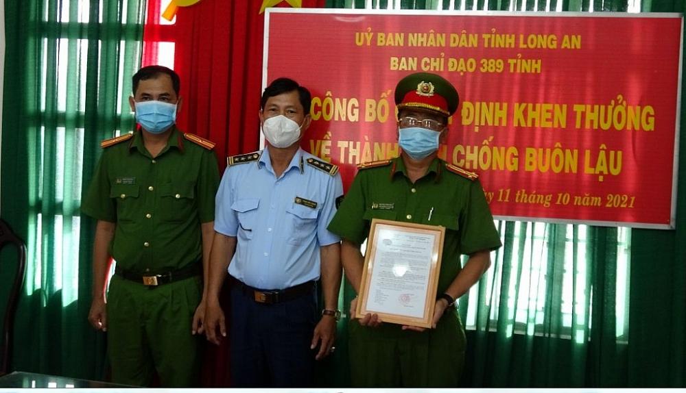 Thưởng nóng thành tích bắt giữ hơn 60.000 bao thuốc lá nhập lậu