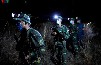 Ảnh: Tuần tra biên giới xuyên đêm phòng dịch Covid-19