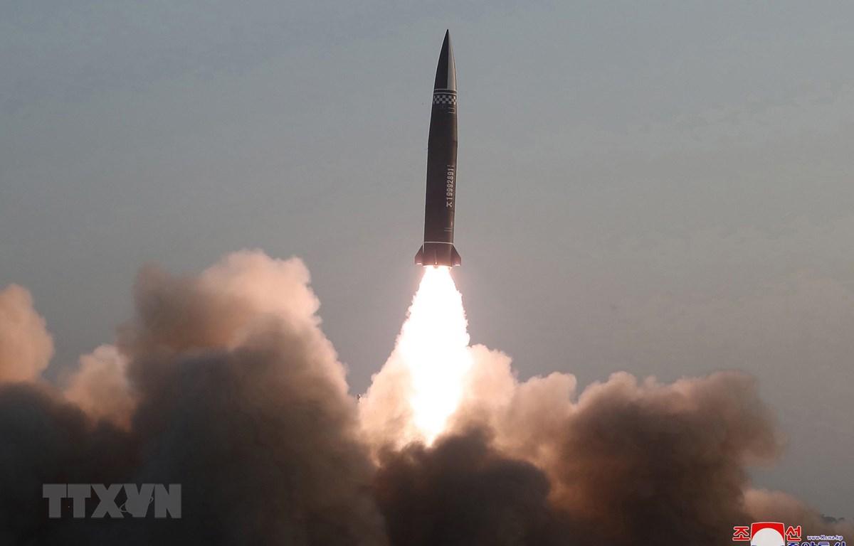 Tên lửa đạn đạo dẫn đường chiến thuật kiểu mới do Học viện Khoa học Quân sự Triều Tiên phóng thử từ thị trấn Hamju, tỉnh Nam Hamgyong ngày 25/3/2021. (Ảnh: YONHAP/TTXVN)