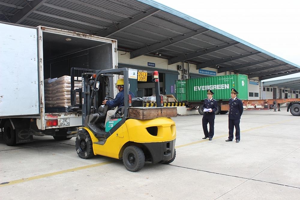 CBCC Cục Hải quan Hà Nội kiểm tra hàng hóa XNK. Ảnh: N.Linh