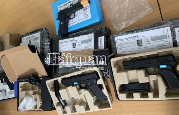 Phát hiện nhiều phụ kiện và sản phẩm hình dạng súng trong 97 gói hàng chuyển phát nhanh