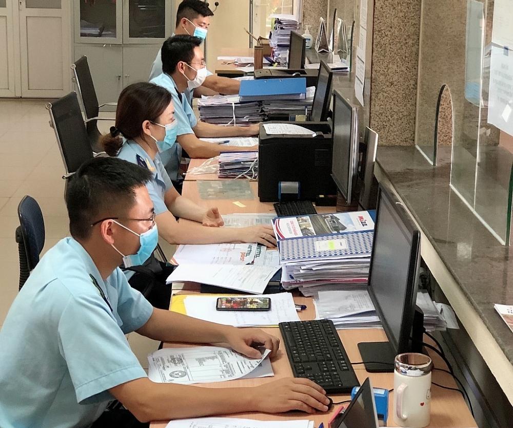 CBCC Chi cục Hải quan cửa khẩu cảng Nghi Sơn thực hiện công tác nghiệp vụ. Ảnh: P.Nhân