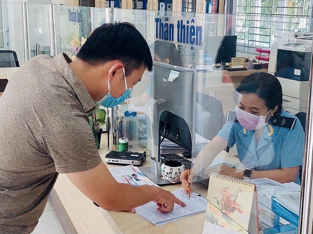 CBCC Cục Hải quan Đà Nẵng hướng dẫn thủ tục cho DN. Ảnh: Hồng Vi