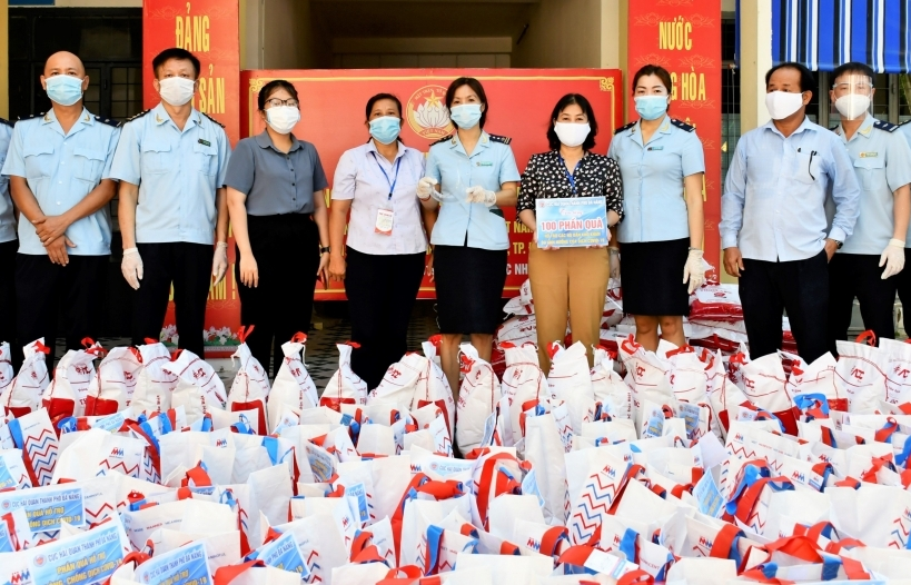 Hải quan Đà Nẵng trao quà hỗ trợ các hộ dân khó khăn do ảnh hưởng của dịch Covid-19
