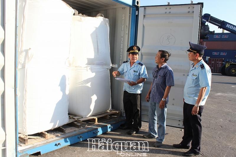 CBCC Cục Hải quan Đà Nẵng kiểm tra thực tế hàng hóa XNK. Ảnh: N.Linh