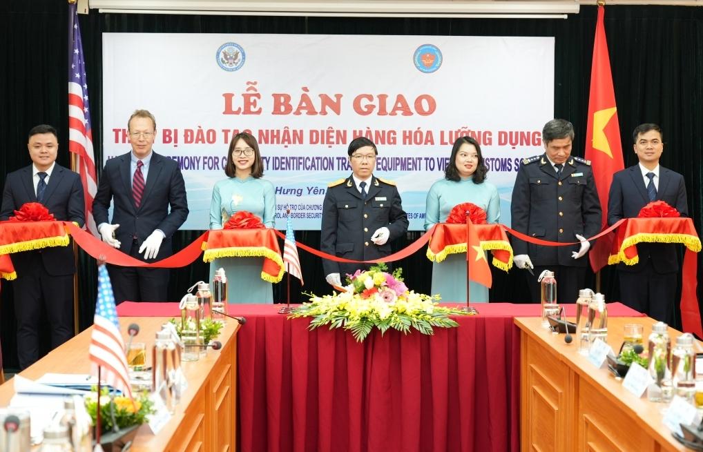 Hải quan Việt Nam tiếp nhận thiết bị đào tạo nhận diện hàng hóa lưỡng dụng do Hoa Kỳ tài trợ