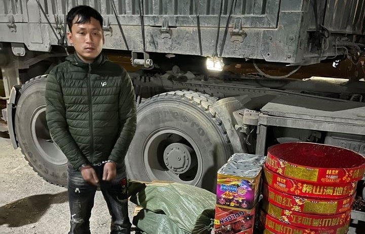 Dùng xe container chở gần 130 kg pháo lậu