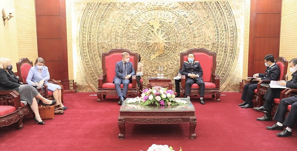Tổng cục trưởng Tổng cục Hải quan Nguyễn Văn Cẩn tiếp và làm việc với ông Gareth Ward  Đại sứ quán Vương quốc Anh tại Việt Nam. Ảnh: H.Nụ