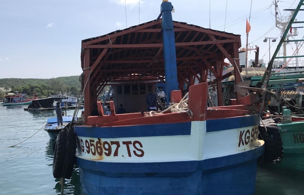 Cảnh sát biển bắt giữ tàu vận chuyển dầu DO không rõ nguồn gốc
