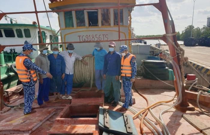 Cảnh sát biển bắt giữ tàu vận chuyển 140 m3 dầu DO trái phép