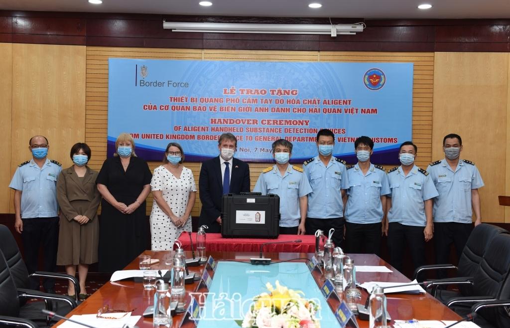 Hải quan Việt Nam tiếp nhận thiết bị quang phổ dò hóa chất do Cơ quan Bảo vệ biên giới Anh hỗ trợ