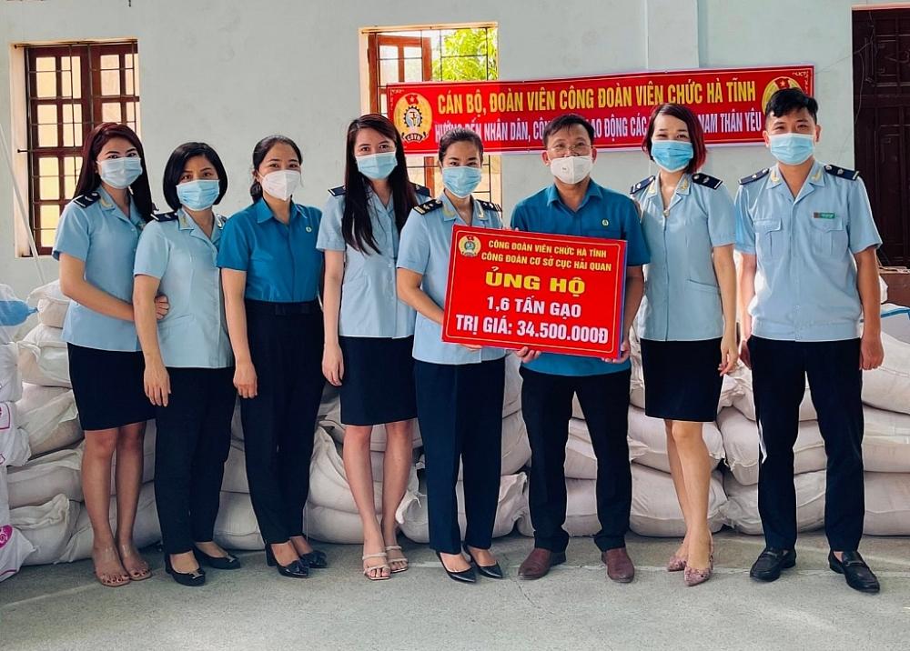 Đại diện Công đoàn Cục Hải quan Hà Tĩnh trao 1,6 tấn gạo ủng hộ nhân dân các tỉnh phía Nam phòng, chống dịch Covid. Ảnh: Khánh Chi