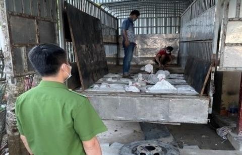 Nghệ An: Bắt 2 xe tải đang bốc xếp khoảng 12 tấn quặng thiếc