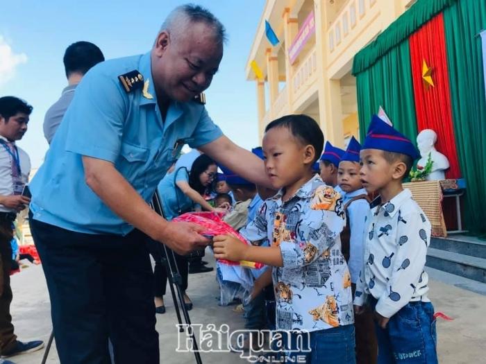 Hải quan tiếp sức đến trường cho học sinh bản Huồi Pốc (Nghệ An)