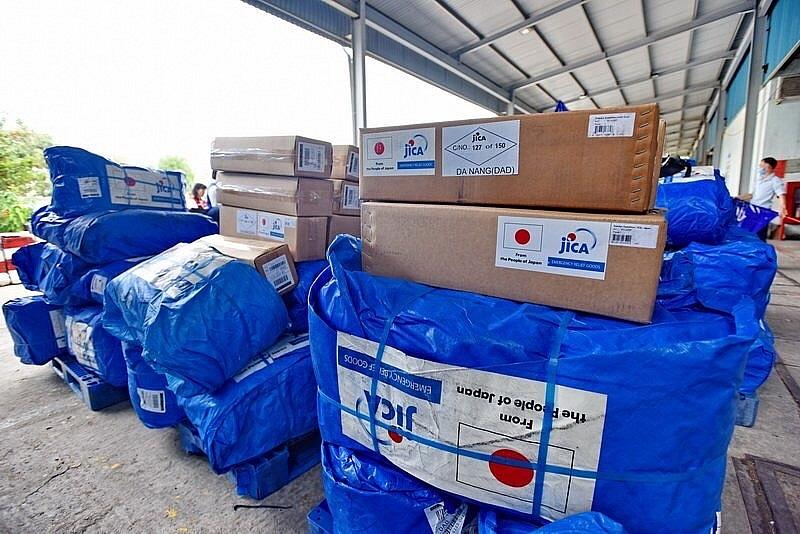 Hàng viện trợ đến sân bay Đà Nẵng.