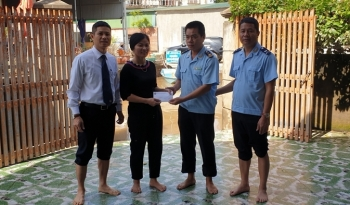 Hải quan Hà Tĩnh hỗ trợ các gia đình CBCC trong đơn vị khắc phục hậu quả lũ lụt