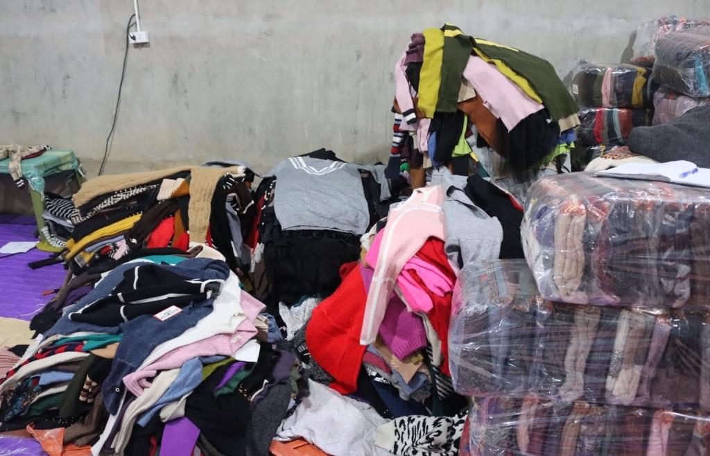 Mua trôi nổi 4.000 áo len cũ để gia công lại, đóng nhãn mác mới