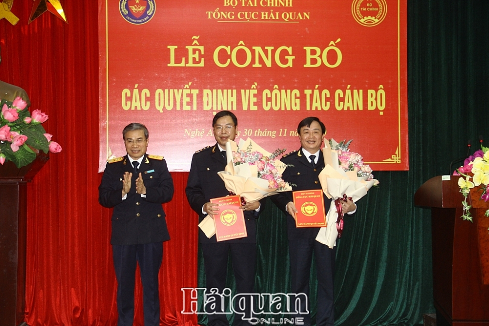 Phó Tổng cục trưởng Nguyễn Dương Thái (bên trái) trao quyết định và tặng hoa cho hai tân Phó Cục trưởng Cục Hải quan Nghệ An. Ảnh: H. Vinh