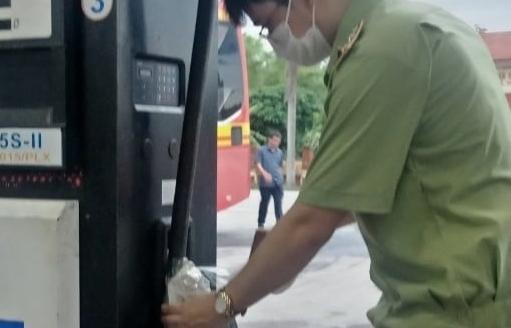Petrolimex đình chỉ cửa hàng trưởng, nhân viên bán dầu có lẫn nước