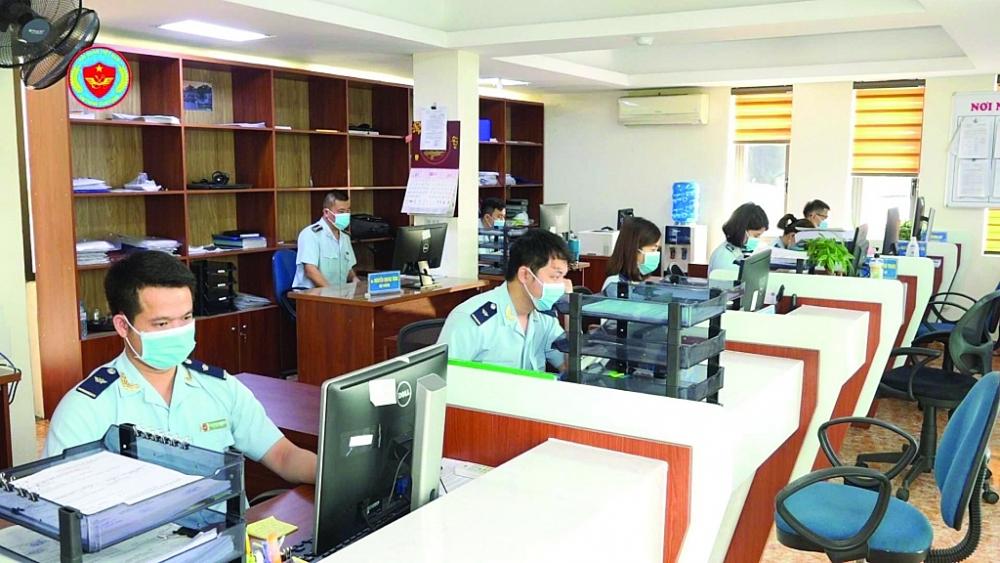 Hoạt động nghiệp vụ tại Chi cục Hải quan cửa khẩu cảng Cẩm Phả (Cục Hải quan Quảng Ninh). Ảnh: Đào Dương