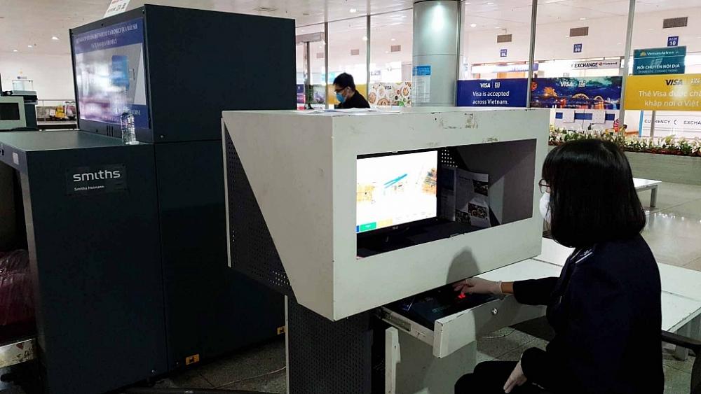 Công chức Hải quan sân bay Tân Sơn Nhất - Cục Hải quan TPHCM kiểm tra hàng hóa qua máy soi. Ảnh: T.H