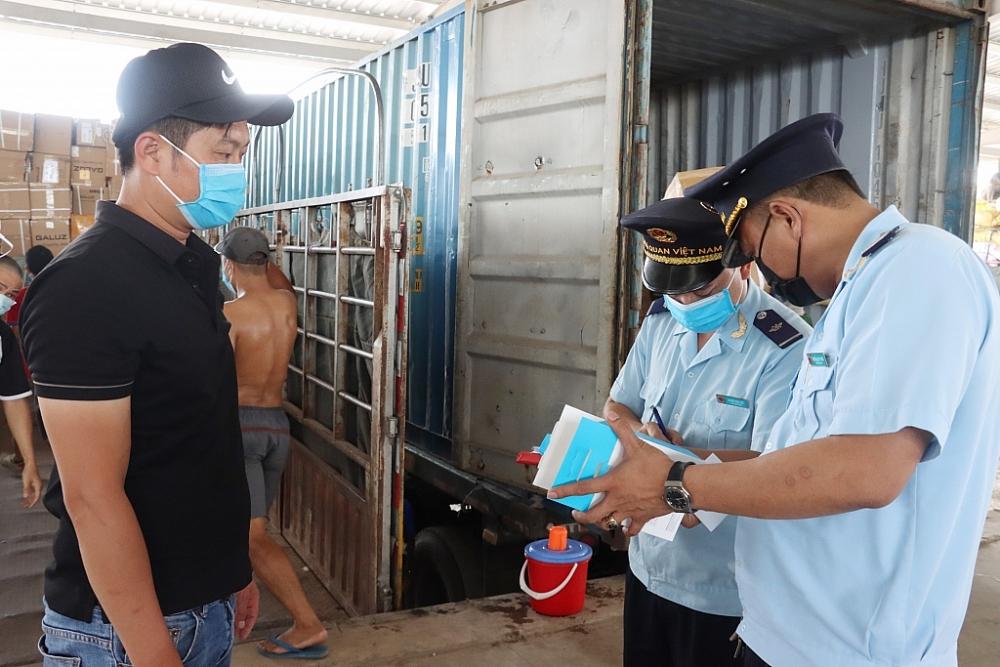 Công chức Chi cục Hải quan cửa khẩu Móng Cái (Cục Hải quan Quảng Ninh) kiểm tra hàng hóa nhập khẩu. Ảnh: Quang Hùng