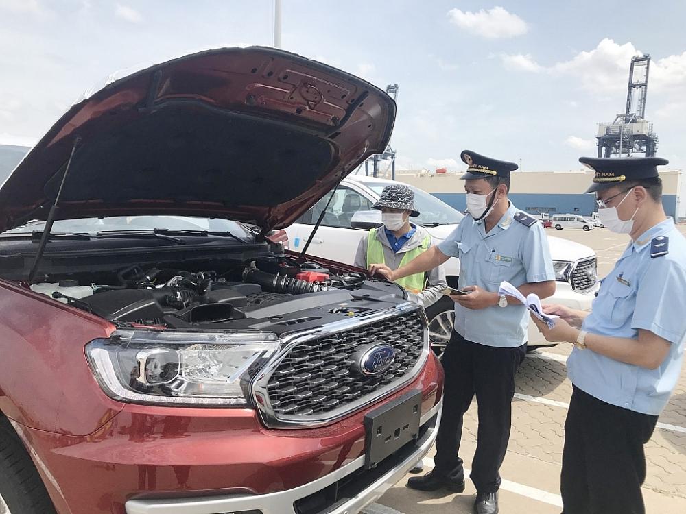 Công chức Chi cục Hải quan cửa khẩu cảng Hiệp Phước- Cục Hải quan TPHCM kiểm tra ô tô NK. Ảnh: T.Hòa