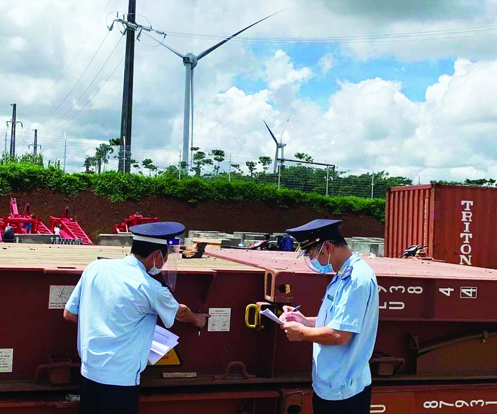 Công chức Cục Hải quan tỉnh Đắk Lắk kiểm tra thực tế hàng hóa nhập khẩu cho dự án điện gió. Ảnh: Hải quan Đắk Lắk