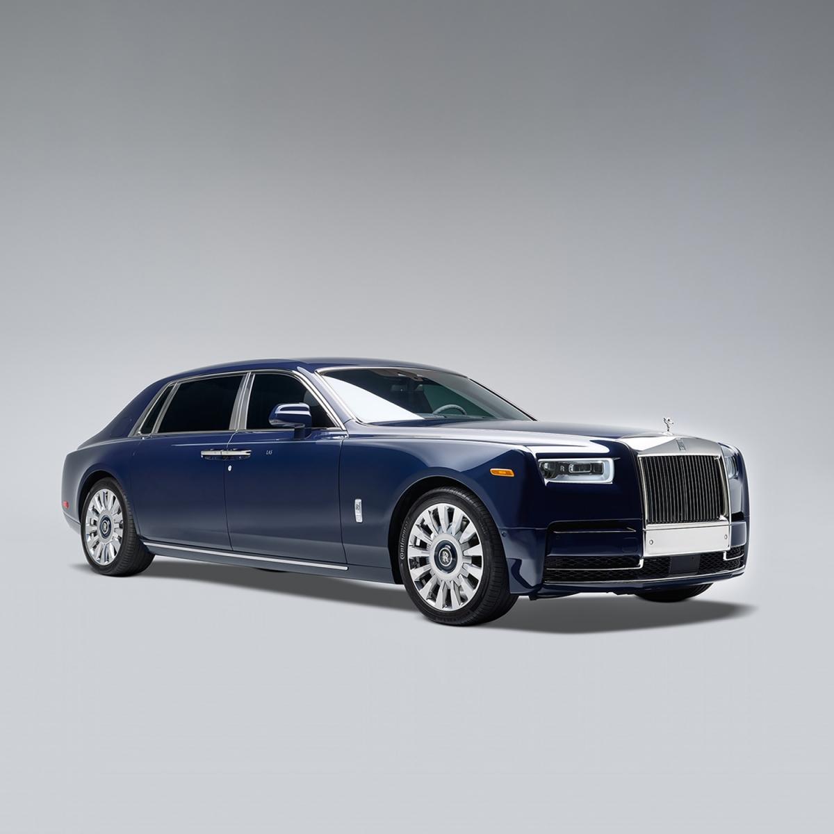 Ông bà Smith đã phải chờ đợi ba năm để có được tấm ốp gỗ hoàn hảo khi chuyên gia gỗ của Rolls-Royce đàm phán với nhà cung cấp để có một khúc gỗ từ bộ sưu tập cá nhân của riêng người này. Mẫu vật này thể hiện một chiều sâu độc đáo hiếm thấy, với một hình trong hạt tạo ra hiệu ứng của nhung. Các thợ thủ công tại xưởng gỗ cá nhân hóa của Rolls-Royce đã chấp nhận thách thức trong việc bảo tồn lớp hoàn thiện kết cấu độc đáo này trên chiếc Rolls-Royce Phantom EWB.