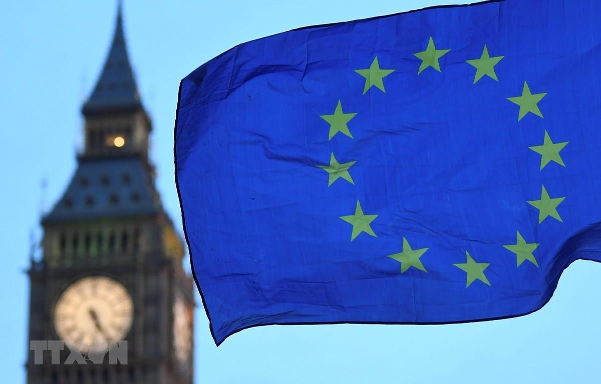 Cờ Liên minh châu Âu bay gần Tháp Elizabeth ở London, Anh. (Ảnh: AFP/TTXVN)