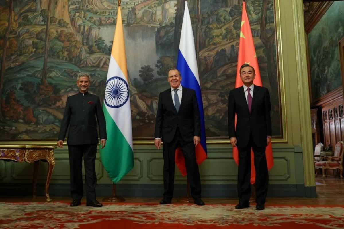 Ngoại trưởng Nga Sergei Lavrov (giữa), Ngoại trưởng Ấn Độ Subrahmanyam Jaishankar (trái) và Ngoại trưởng Trung Quốc Vương Nghị tại cuộc gặp ở Moscow đầu tháng 9/2020. Ảnh: EPA