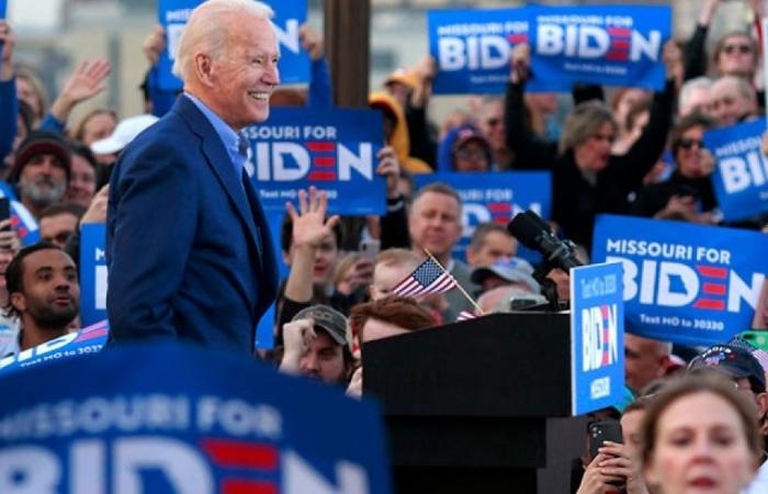 """""""Bóng ma quá khứ"""" vẫn đeo bám đảng Dân chủ bất chấp lợi thế của Biden trước Trump"""