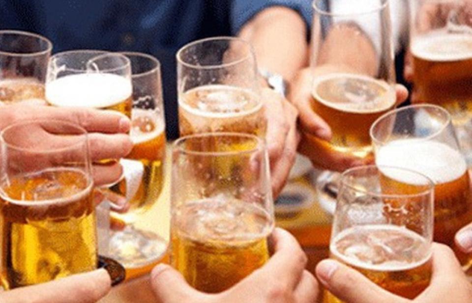 """Phạt """"sếp"""" để nhân viên uống rượu, bia trong giờ làm việc: Ai giám sát, ai phạt???"""
